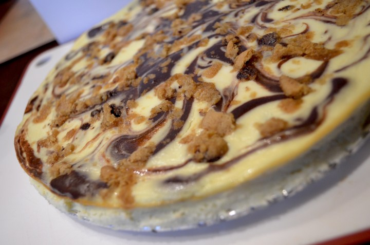 Marble Cheesecake With Cookie Crumble